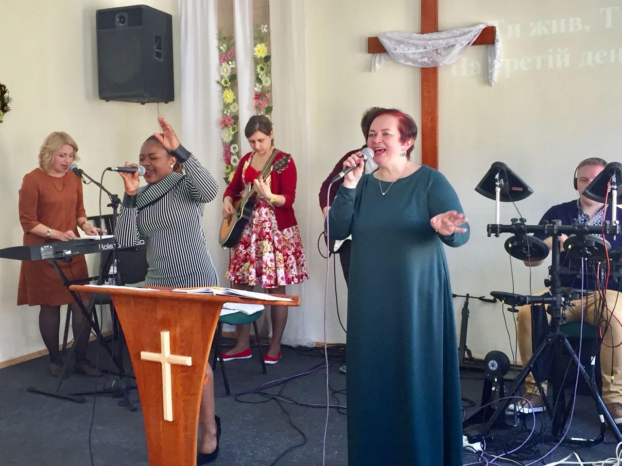 Служіння прославлення хвали та поклоніння Богу в церкві